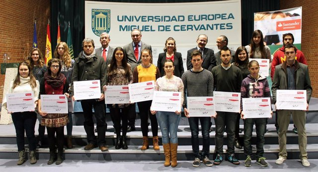 Los becados junto a autoridades académicas y de Banco Santander