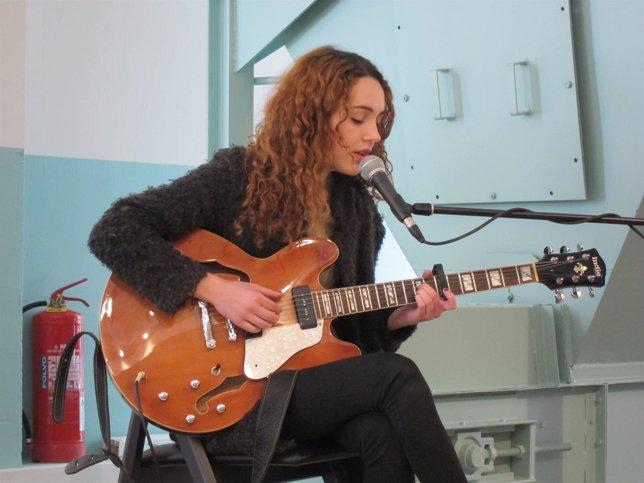 La artista Núria Graham durante su actuación en la presentación del festival