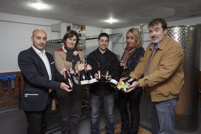 Martínez visita la fábrica de la cerveza Portus Blendium en Hinojedo
