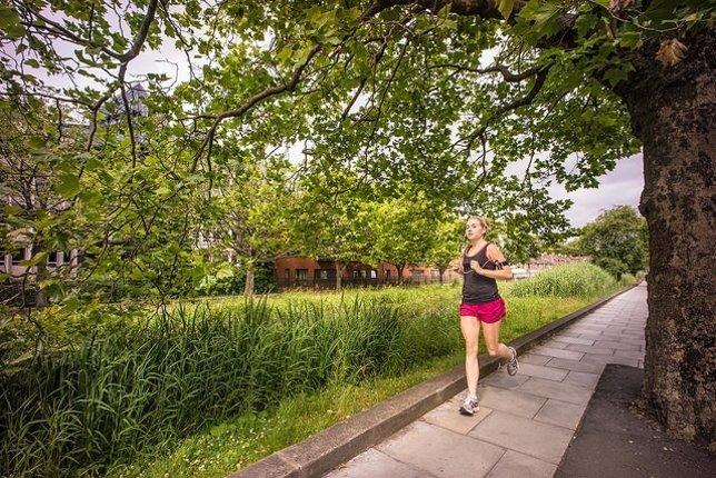 Imagen de archivo de una chica practicando running.