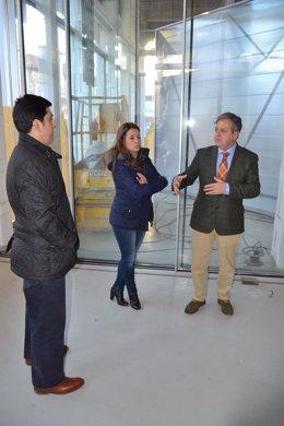 Fuentes (dcha.), junto a la alcaldesa, en la visita a Peñarroya