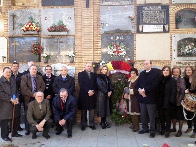 Beneyto deposita una corona sobre la tumba de Blasco Ibáñez