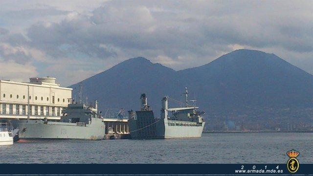 Los buques de transporte ligero 'El Camino Español' y 'Martín Posadillo' en Nápo