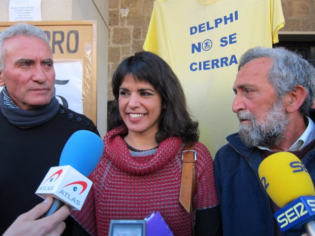 Diego Cañamero (SAT) y Teresa Rodríguez (Podemos) con el colectivo de Delphi