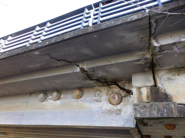 Grieta que presenta el puente sobre el Guadalquivir en Almodóvar