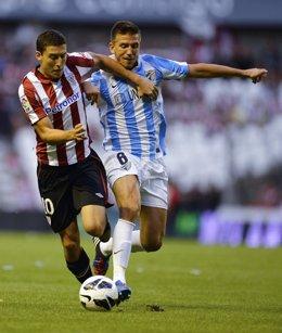 Ignacio Camacho y Óscar De Marcos pelean por un balón en un Athletic-Málaga