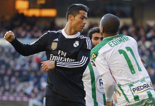 Cristiano Ronaldo en su acción con Edimar, del Córdoba
