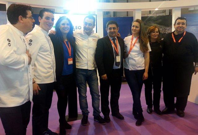 Reyes (4d), junto a Ángeles Férriz y cocineros de los restaurantes.