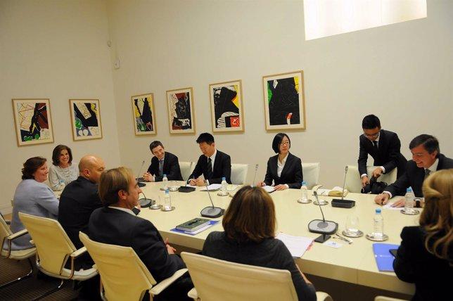 Botella con representantes del Grupo Wanda