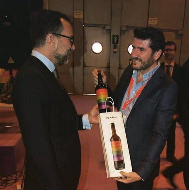 El embajador de EEUU recibe una botella de orgulloWine en Fitur