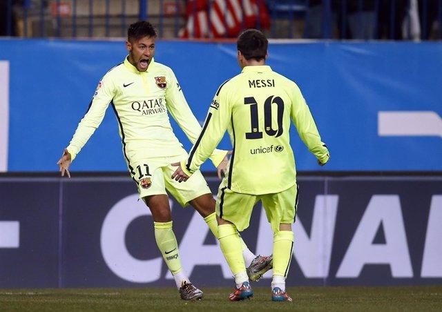 Neymar y Messi celebran un gol en el Calderón