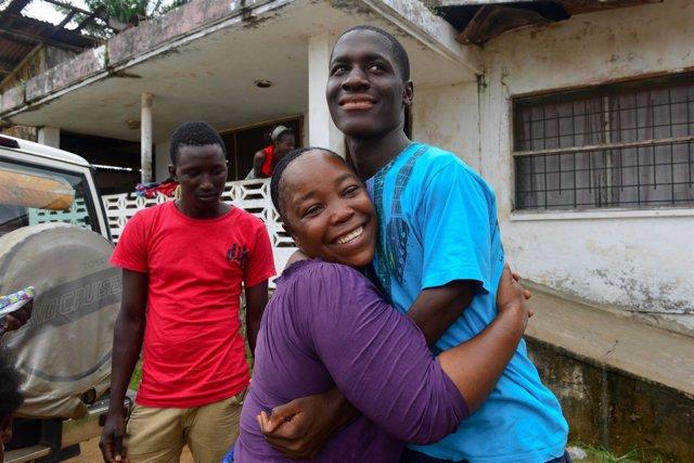Un joven superviviente del ébola, recibido por su familia