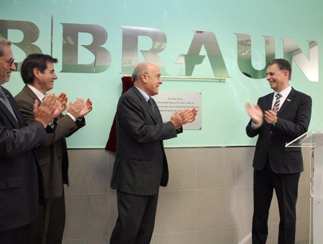 El conseller de Salud, Boi Ruiz, y el director de B. Braun Avitum, Josep Subirà.