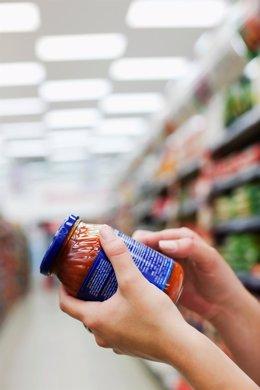 Conprobación del etiquetado de un bote de tomate