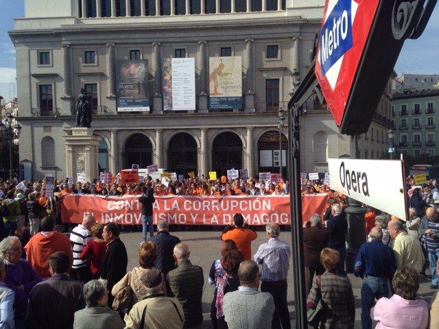 Manifestantes en la concetración organizada por Ciudadanos