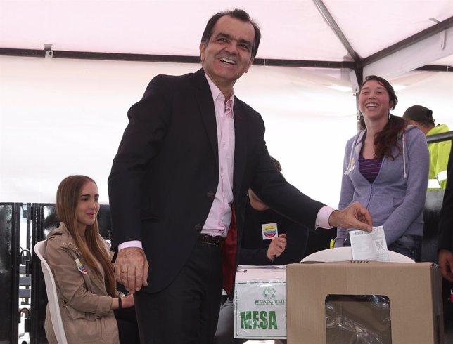 Oscar Ivan Zuluaga votando