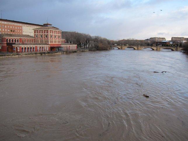Imagen de la crecida del río Ebro a su paso por Logroño