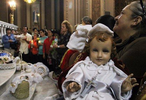 mexicanos llevan a bendecir al NIño Dios