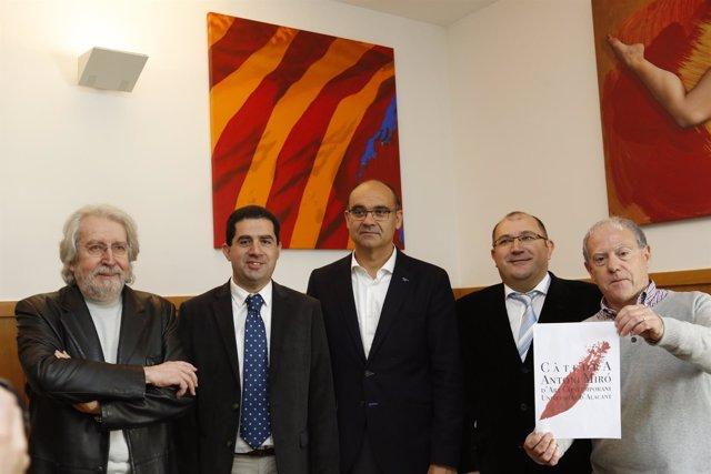 Antoni Miró, primero por la izquierda, en la presentación de su Càtedra