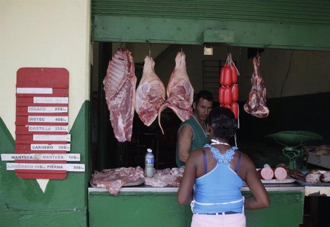 Una mujer compra carne en una tienda de La Habana (Cuba)