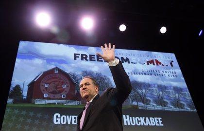 Huckabee, aspirante a la presidencia republicana, compara ser gay con beber o blasfemar