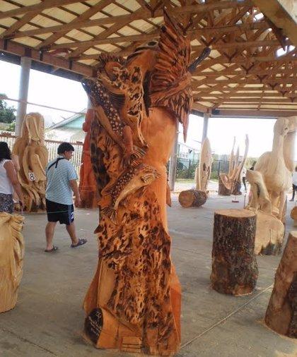 Escultores cincelan la naturaleza con motosierras en Llanquihue (Chile)
