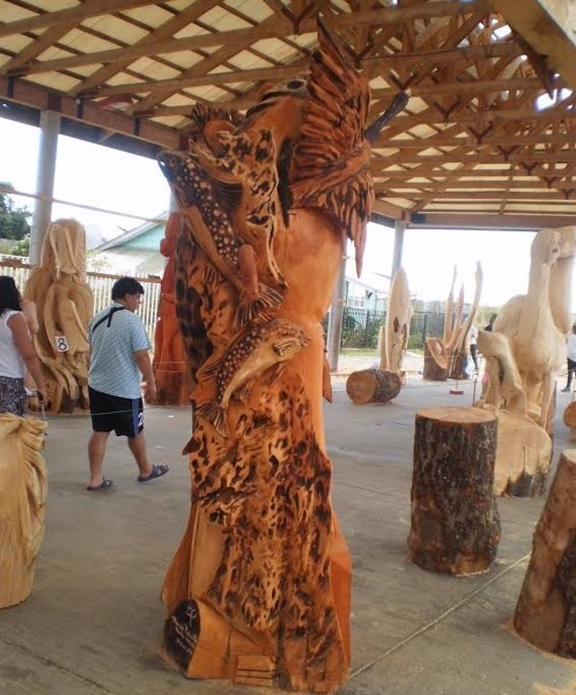 Escultores de árboles con motosierras