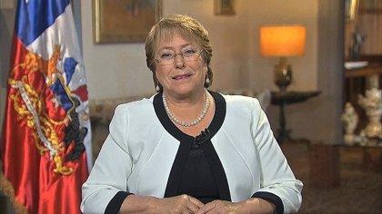 Bachelet recupera popularidad ante una oposición en niveles mínimos
