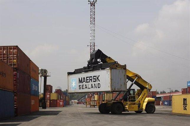 Una grúa mueve un contenedor en el terminal ferroviario Ferrovalle