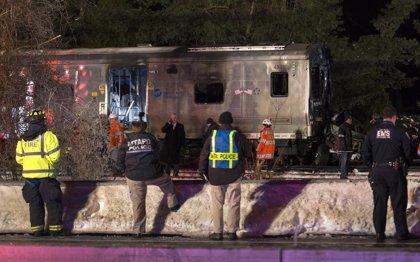 Seis muertos y doce heridos en choque de tren y coche en Nueva York