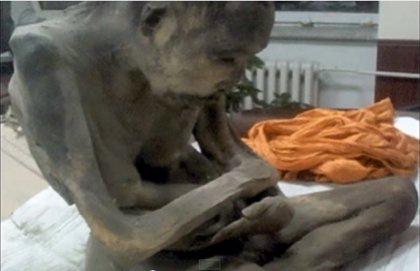 """Hallan una momia de hace 200 años """"meditando"""" en posición de flor de loto"""