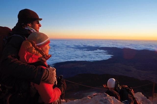 Una pareja contempla una puesta de sol desde el Teide