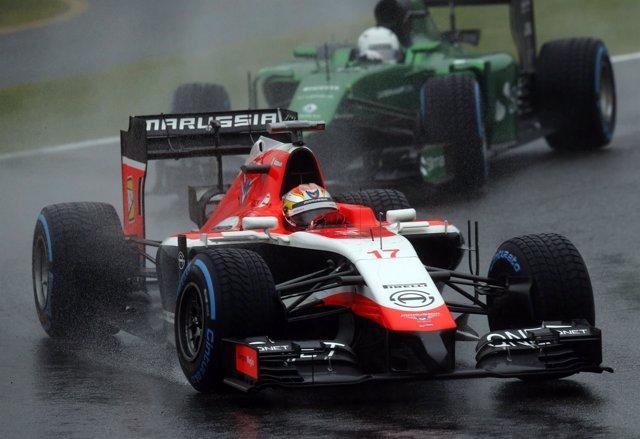 Jules Bianchi (Marussia) por delante de un Caterham