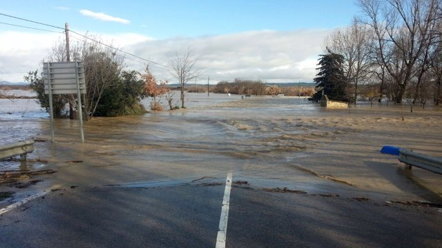Carretera de acceso a Miranda de Arga inundada.