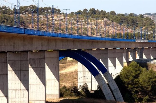 Viaducto de línea AVE de Adid