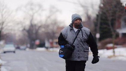 Donaciones cambian la vida a un hombre que camina 34 kilómetros al día para ir a trabajar