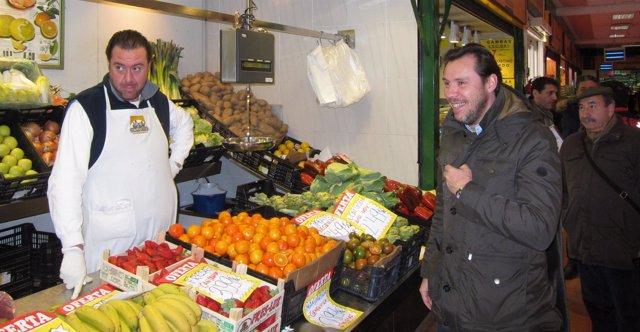 Óscar puente charla con uno de los industriales del Mercado del Campillo
