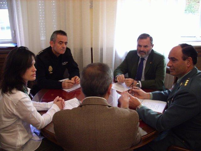 Lillo, de frente a la derecha, en la reunión sobre el plan de seguridad escolar.