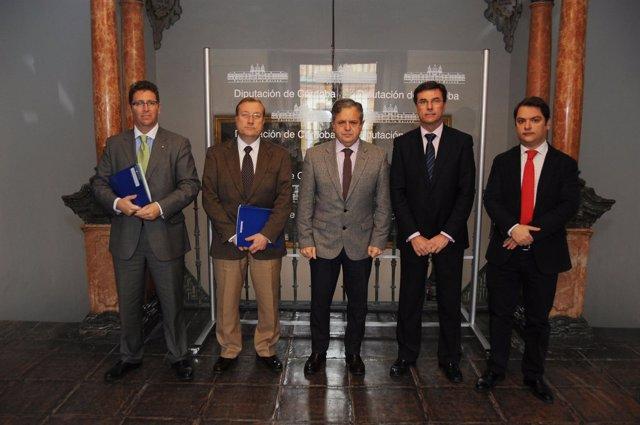Fuentes (centro)  con los responsables de Caja Rural del Sur y del ICHL