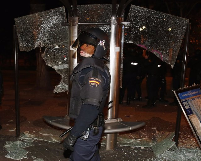 Policía frente a una parada de autobús después de las 'Marchas de la Dignidad'