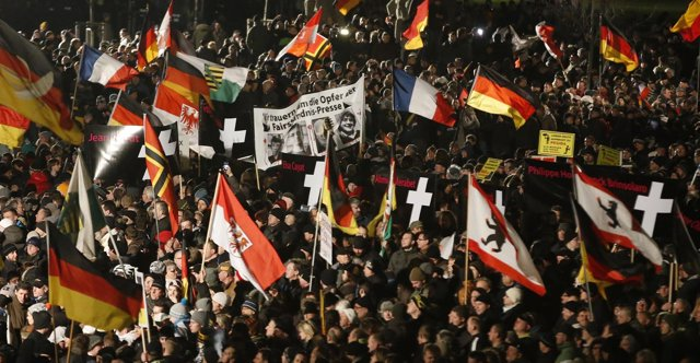 Manifestantes de PEGIDA en Dresde