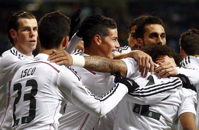 James celebra con sus compañeros el gol ante el Sevilla