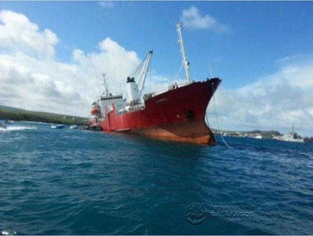 Barco encallado en las Islas Galápagos