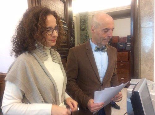 Pilar Lucio y Antonio Hurtado en el registro del Congreso