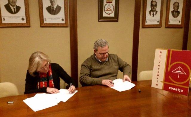 Mártir y Quesada firman el convenio de colaboración.