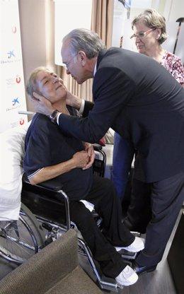 Faine saluda a una de las pacientes de la Fundación San José