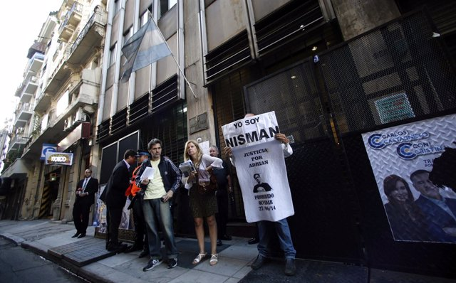Un hombres sostiene una pancarta sobre Alberto Nisman
