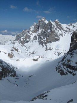 Macizo central de Picos de Europa, cubierto de nieve.