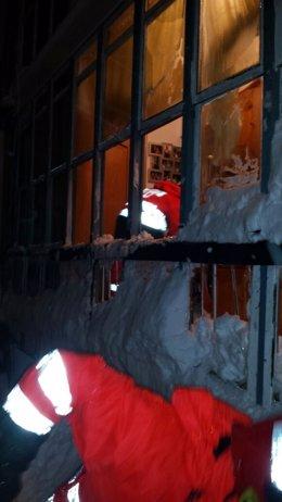 Desprendimiento de nieve tejado de una casa