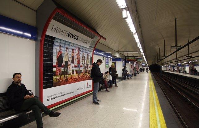 Imagen de la campaña 'Primitivos' en una estación de metro